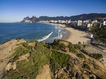 Den sceniska panoramautsikten av den Ipanema stranden från vaggar på Arpoador med Rio de Janeiro horisont Brasilien arkivbilder