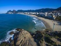 Den sceniska panoramautsikten av den Ipanema stranden från vaggar på Arpoador med Rio de Janeiro horisont Brasilien royaltyfria bilder