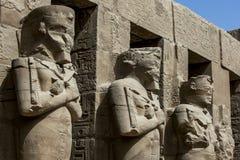 Den sceniska Porticoed borggården med Osiris kolonner i templet av Ramesses 3rd på den Karnak templet på Luxor i Egypten Arkivfoto