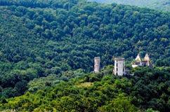 Den sceniska sikten av den Chervonohorod slotten fördärvar den Nyrkiv byn, den Ternopil regionen, Ukraina Arkivfoto