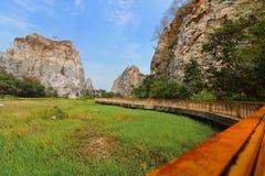 Den sceniska sikten av det steniga berget av den khaoNgu stenen parkerar, Ratchaburi, Thailand arkivfoto