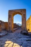 Den sceniska sikten av fördärvar på staden av Pompeii med Vesuvio bakgrund Arkivbilder