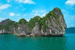 Den sceniska sikten av havet och vaggar öar i den Halong fjärden Fotografering för Bildbyråer