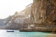 Den sceniska sikten av havet och vaggar berg, den Amalfi kusten, Italien arkivbilder