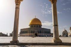 Den sceniska sikten av kupolen av vaggar till och med bågarna av vågen av anda i gammal stad av Jerusalem, Israel Den islamiska r royaltyfri fotografi