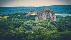 Den sceniska sikten av naturen och Devin rockerar i Bratislava Royaltyfria Bilder