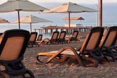 Den sceniska sikten av den privata sandiga stranden på stranden med solen bäddar ned mot havet och bergen Amara Dolce Vita Luxury Royaltyfria Foton