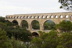 Den sceniska sikten av romaren byggde den Pont du Gard akvedukten, Vers-Pont-du-G Royaltyfri Bild