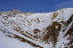 Den sceniska sikten av snöberg och skidar semesterorten i Schweiz Europa på en kall solig dag Royaltyfria Foton