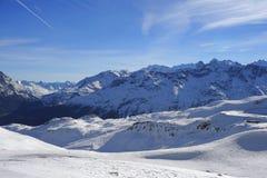 Den sceniska sikten av snöberg och skidar semesterorten i Schweiz Europa på en kall solig dag Royaltyfri Fotografi