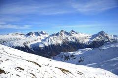 Den sceniska sikten av snöberg och skidar semesterorten i Schweiz Europa på en kall solig dag Arkivfoton