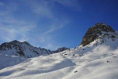 Den sceniska sikten av snöberg och skidar semesterorten i Schweiz Europa på en kall solig dag Arkivbild