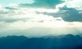 Den sceniska sikten av soluppgångberg varvar afton på norr Thailand bergskedja Royaltyfri Bild