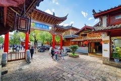 Den sceniska sikten av traditionell orientalisk kines sned träporten Arkivfoton