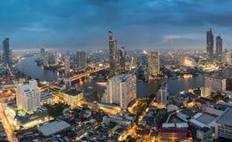 Den sceniska sikten buktade av Chao Phraya River i den Bangkok staden ner arkivfoton