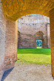 Den sceniska sikten fördärvar på de forntida roman baden av Caracalla (Thermae Antoninianae) på den soliga dagen Royaltyfria Foton