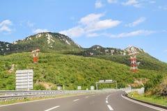 Den sceniska sikten på huvudvägvägen som igenom leder i Kroatien, Europa/elektrisk överföring, står högt, himmel och moln i bakgr arkivfoton
