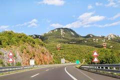 Den sceniska sikten på huvudvägvägen som igenom leder i Kroatien, Europa/elektrisk överföring, står högt, himmel och moln i bakgr royaltyfri fotografi