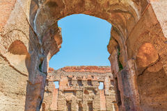 Den sceniska sikten till och med båge på fördärvar av de forntida roman baden av Caracalla (Thermae Antoninianae) Royaltyfri Bild
