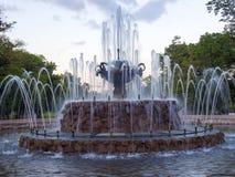 Den sceniska springbrunnen inom Gorky parkerar i den centrala Moskva, Ryssland Fotografering för Bildbyråer
