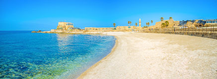 Den sceniska stranden av Caesarea arkivbilder