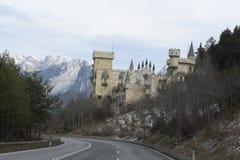 _ Den sceniska vägen till slotten i fjällängarna nära Salzburg December 2014 Arkivbilder