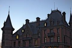 Den Schadau slotten parkerar in under skymning royaltyfri fotografi