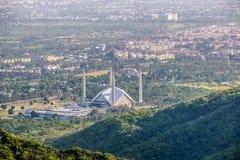 Den schahFaisal moskén är masjiden i Islamabad, Pakistan Lokaliserat på utlöparen av Margalla kullar Den största moskédesignen av royaltyfri foto