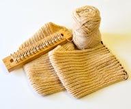 Den Schal durch handgemachtes stricken lokalisiert Lizenzfreies Stockbild