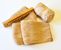 Den Schal durch handgemachtes stricken lokalisiert Stockfoto
