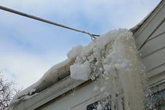 Den Schnee eines Dachs weg harken Lizenzfreies Stockfoto
