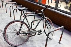 In den Schnee im Parkplatz im Geschäft radfahren Lizenzfreie Stockfotos