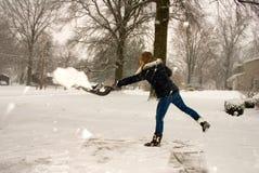 Den Schnee schaufeln, der nach links wirft Stockfotos