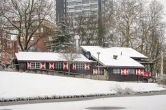 Den schweiziska chalet i parkerar i vinter royaltyfri bild
