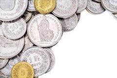 Den schweiziska francen myntar med vit kopierar utrymme på rätsida Arkivfoton