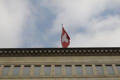 Den schweiziska National Bank i ZÃ-¼ som är rik med den schweiziska flaggan överst royaltyfri bild