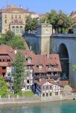 Den schweiziska staden av Berne på den Aare floden Arkivfoto