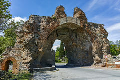 Den södra porten - kamlen av forntida roman befästningar i Diocletianopolis, stad av Hisarya, Bulgarien Royaltyfri Foto
