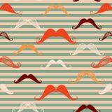 Den seamless mustaschen mönstrar i tappning utformar Mönstra eller texturera med lockiga retro gentlemanmustascher på randig bakg Arkivbilder