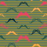 Den seamless mustaschen mönstrar i tappning utformar Mönstra eller texturera med lockiga retro gentlemanmustascher på randig bakg Fotografering för Bildbyråer