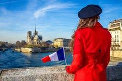 Den sedda handelsresandekvinnan med franska sjunker bakifrån i Paris Royaltyfri Foto