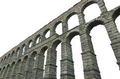 Den Segovia akvedukten på vit isolerade den berömda spanska landmarken för bakgrund Arkivbild