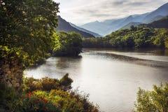 Den Segre floden nära Pyreneesna Arkivbilder