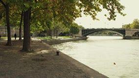 Den Seine River invallningen i Paris i höst, Frankrike Arkivbild