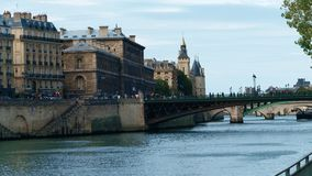 Den Seine River invallningen och de gamla byggnaderna i Paris, Frankrike Arkivfoton
