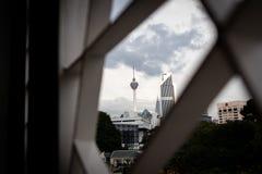 Den selektiva fokusen av Kuala Lumpur Tower inramade vid modern prydnaddesign arkivfoton