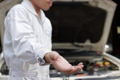 Den selektiva fokusen av mekanikern föreslår förestående partnerskap och att erbjuda för handskakning Service för auto reparation Arkivbild