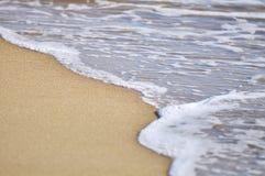 Den selektiva fokusen av slutet vinkar upp på stranden Royaltyfria Bilder