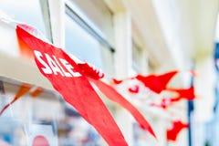 Den selektiva fokusen, försäljningsbunting utanför shoppar royaltyfri fotografi