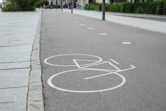 Den separata cykelgränden undertecknar parkerar in Arkivfoto